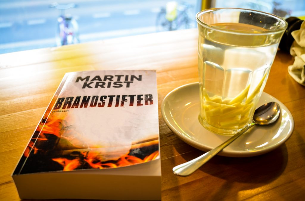 Brandstifter in einem Cafe