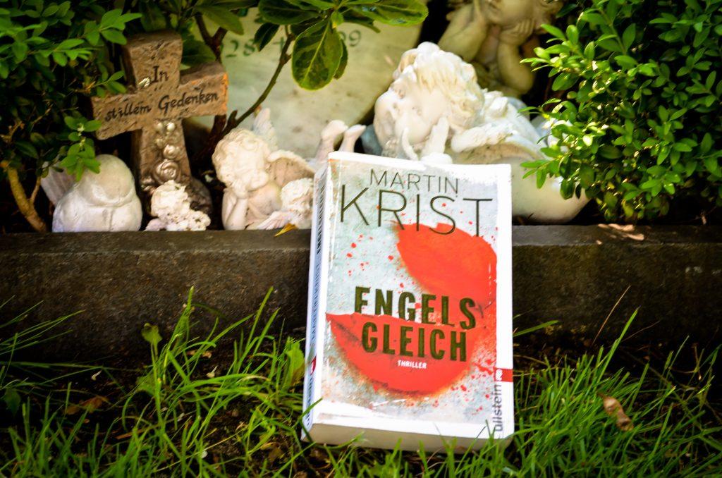 Buch vor Engel und Grab