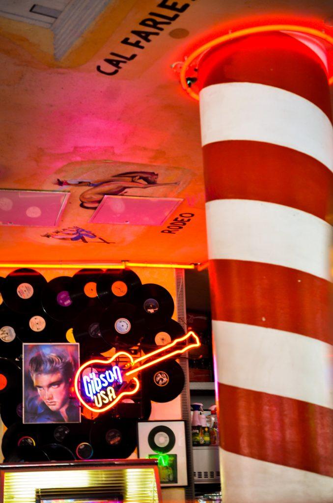 Sixties Restaurant von innen mit Elvis Portrait und E-Gitarre